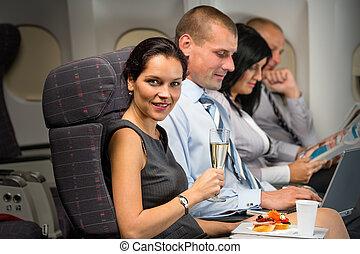 curso negócio, por, avião, mulher, apreciar, refresco