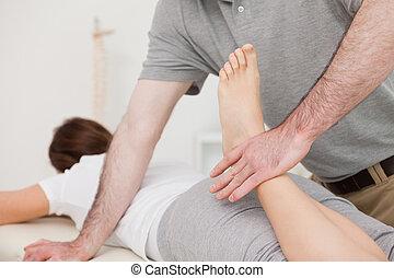 curvatura, fisioterapeuta, seu, paciente, perna, calmo