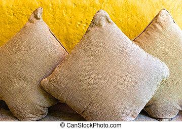 cuscini, rilassare, parete, divano, contro, sfondo giallo, cuscino