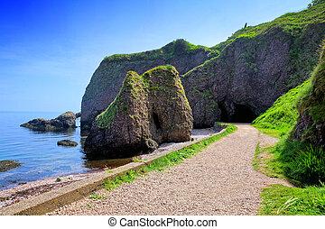 cushendun, caverne, strada rialzata, costa, antrim, irlanda nord