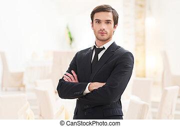 custodia, suo, giovane, formalwear, braccia, dall'aspetto, fiducioso, macchina fotografica, attraversato, future., uomo