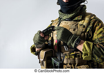 custodia, uomo, braccia, bomba