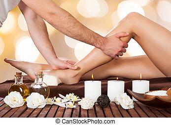 customer's, jambe, thérapeute, femme, spa, masser