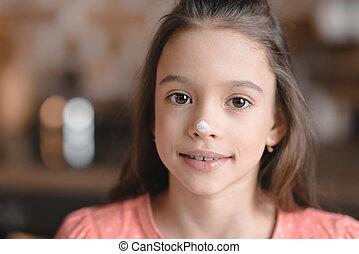 'cute, 小女孩, 由于, 麵粉, 上, 鼻子, 微笑, 在照像机