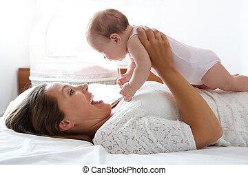 cute, cama, mãe, bebê, tocando, feliz
