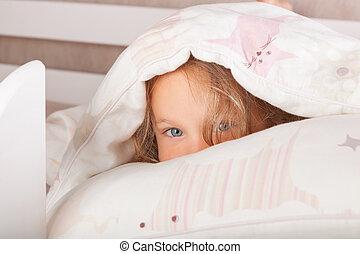 cute, cobertor, criança, escondendo, sob