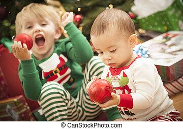 cute, criança, raça, menino, jovem, manhã, misturado, árvore., bebê, desfrutando, natal