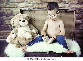 cute, criança, tentando, ler