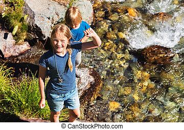 cute, crianças, agradável, topo montanha, dois dia, verão, rio, tocando, vista