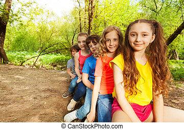 cute, crianças, registro, sentando, floresta, feliz
