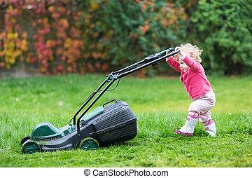 cute, curly, baby pige, ind, regn støvle, spille, hos, en, stor, grøn græsplæne