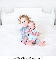 cute, dela, irmão, bebê recém-nascido, menina, toddler, tocando