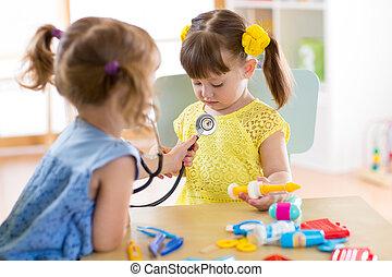 cute, doutor, hospitalar, meninas, dois, ou, crianças, usando, divertimento, lar, tocando, preschool., amigos, tendo, stethoscope.