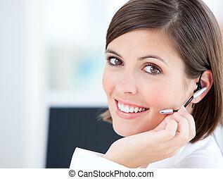 cute, executiva, falando, com, clientes, frente, dela,...