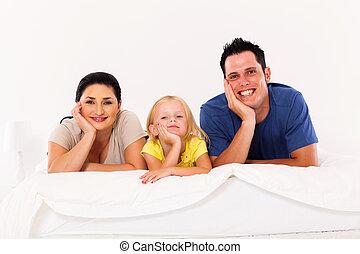 cute, família, jovem, cama, lar, mentindo