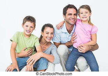 cute, família posa, e, sorrindo, câmera, junto