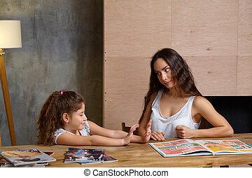 cute, filha, dela, family., fazer, ajudando, mãe, pequeno, retrato, indoors., doce, dever casa, feliz