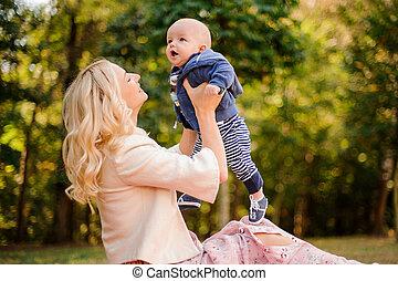 cute, filho, mãe, bebê, loiro, tocando