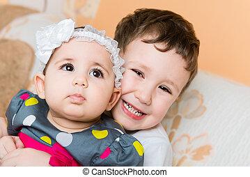 cute, irmã, velho, irmão, prendendo bebê, feliz