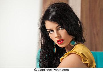 cute, kvindelig, model, hos, længe, curly, hair., closeup, portræt