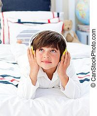 cute, lille dreng, lytte, musik, hos, hovedtelefoner, på