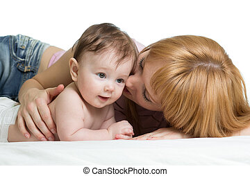 cute, mãe, beijando, dela, pequeno, bebê