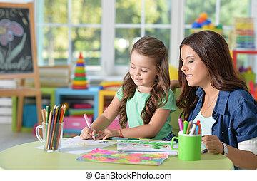 cute, mãe filha, desenho, junto, com, canetas sentidas, em, playroom