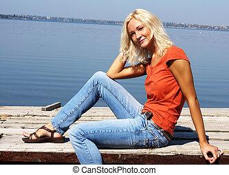 cute, menina, sentando, ligado, um, banco rio
