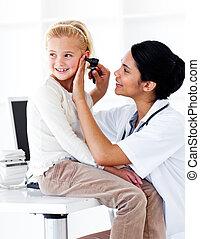 cute, menininha, assistindo, um, exame médico