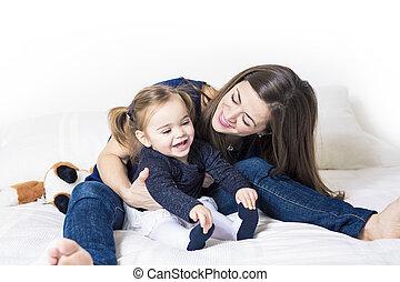 cute, menininha, com, dela, mãe, mentindo, ligado, um, cama