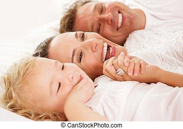 cute, menininha, com, dela, pais, encontrar-se cama