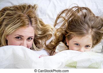 cute, menininha, e, dela, mãe, mentindo, ligado, um, cama