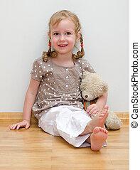 cute, menininha, sentando, com, urso teddy, chão, contra, parede