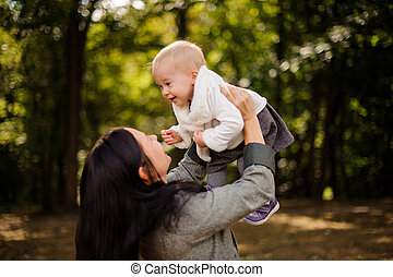 cute, morena, filha, mãe, bebê, tocando, feliz