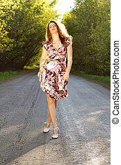 cute, mulher caminhando, estrada