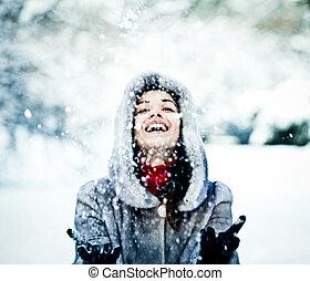 cute, mulher, casaco pele, jovem, neve, ao ar livre, tocando