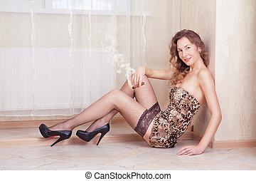 cute, mulher, encontrar-se assoalho, fumar, um, charuto, meias, e, vestido leopardo