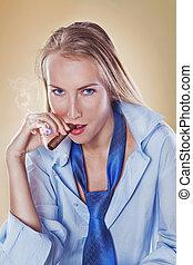 cute, mulher, fumar, um, charuto, vestido, com, laço, e, camisa
