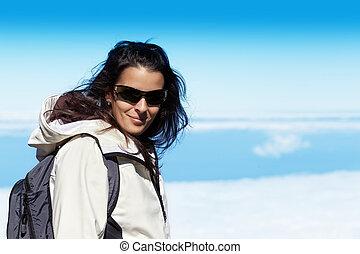 cute, mulher jovem, em, alto, alcance montanha