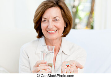 cute, mulher madura, com, pílulas