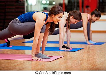 cute, mulheres jovens, fazendo, ioga