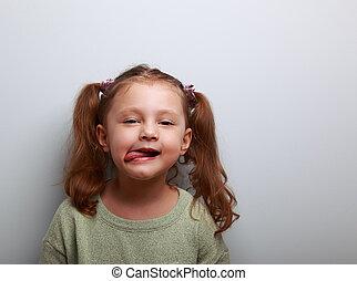 cute, olhar, mostrando, divertimento, língua, criança, menina, feliz