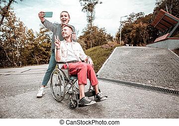 cute, par, faces engraçadas fazendo, enquanto, levando, selfies