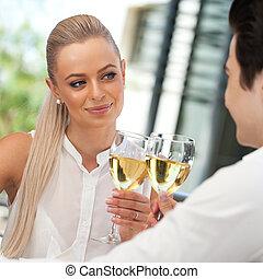cute, par, fazer, um brinde, com, vinho branco
