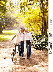 cute, par velho, andar, ao ar livre