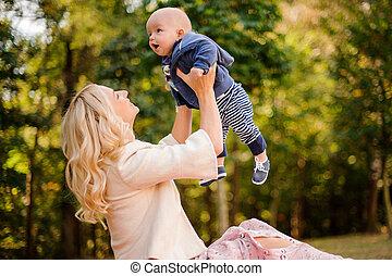 cute, parque, filho, mãe, bebê, tocando