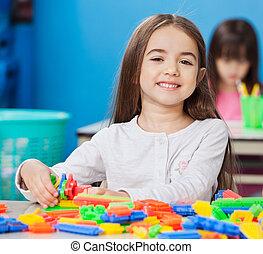 cute, pequeno, blocos, jardim infância, construção, fundo, retrato, amigos menina, tocando