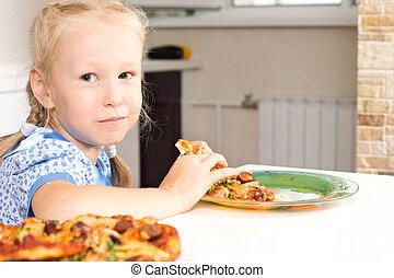 cute, pequeno, caseiro, menina, desfrutando, pizza