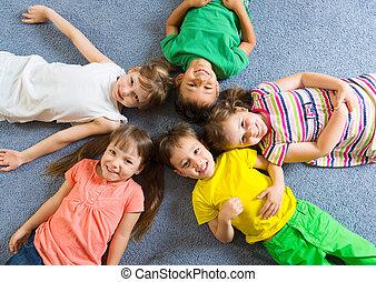 cute, pequeno, crianças, mentindo, chão