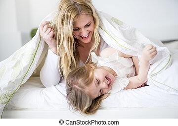 cute, pequeno, dela, cama, mãe, menina, mentindo